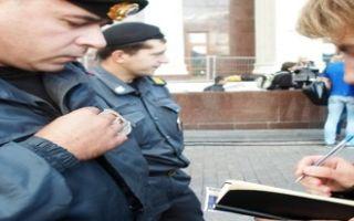 Полицейский задержал на улице без объяснений: что делать и правомерно ли это