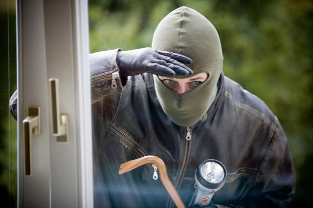 Заявление в полицию о незаконном удержании имущества, отличие от растраты и кражи, наказание