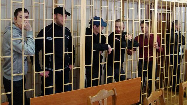 Избили полицейского – квалификация преступления и наказание виновных