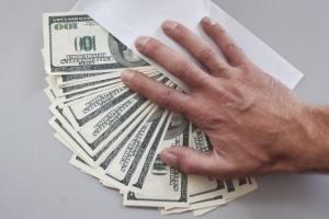Дача взятки: что грозит и что делать, если вымогают взятку